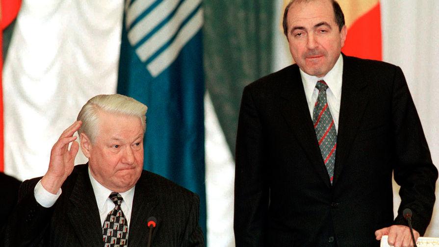 Президент России Борис Ельцин во время назначения бизнесмена Бориса Березовского исполнительным секретарем Содружества Независимых Государств в Москве, 1998 год