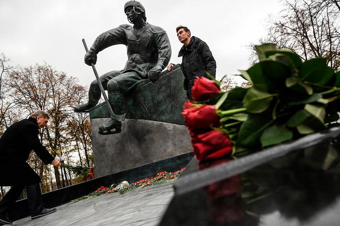 Внук Валерия Харламова на открытии памятника советскому хоккеисту на территории олимпийского комплекса «Лужники» в Москве, 25 октября 2017 года