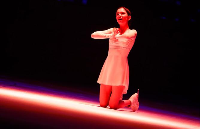 Фигуристка Евгения Медведева во время выступления в ледовом шоу в честь юбилея тренера по фигурному катанию Татьяны Тарасовой, февраль 2017 года