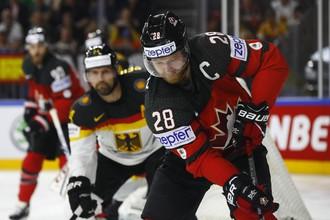 Сборная Германии сражается с командой Канады в четвертьфинале чемпионата мира по хоккею