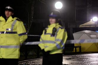 Полицейское оцепление около торгового центра в британском Солсбери после инцидента с бывшим российским разведчиком Сергеем Скрипалем, 5 марта 2018 года. Тент накрывает скамейку, где мужчина и его дочь были найдены в критическом состоянии