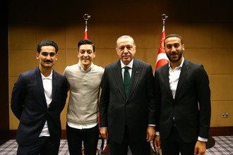Полузащитники сборной Германии Илкай Гюндоган и Месут Озил, а также форвард «Эвертона» Дженк Тосун на встрече с президентом Турции Реджепом Эрдоганом