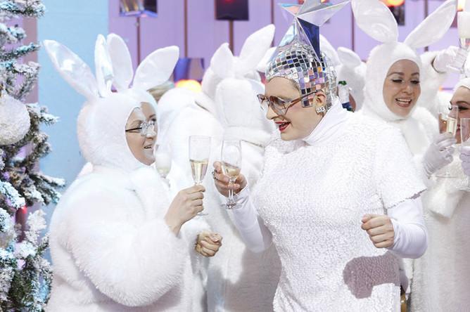 Верка Сердючка (Андрей Данилко) во время съемок новогодней программы «Голубой огонек» в Москве, 2010 год