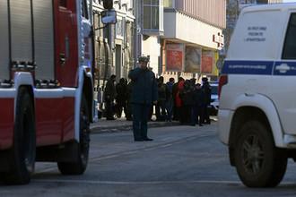 Сотрудники полиции и МЧС РФ у входа в здание управления ФСБ по Архангельской области, где произошел взрыв, 31 октября 2018 года