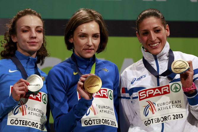 Чемпионка Европы в тройном прыжке Ольга Саладуха (в центре) из Украины, обладательница серебра Ирина Гуменюк (слева) из России, и итальянка Симона Ла Мантия
