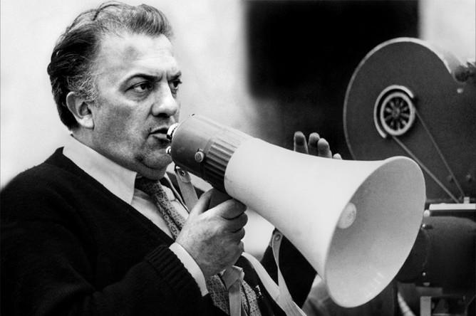 В большое кино Феллини попал благодаря знакомству с Роберто Росселлини, который собирался снимать короткометражный фильм о войне. Феллини дописал сценарий до полного метра — и в итоге получился «Рим, открытый город», первый фильм итальянского неореализма. Феллини еще несколько раз работал с Росселлини в качестве сценариста и однажды даже снялся у него как актер