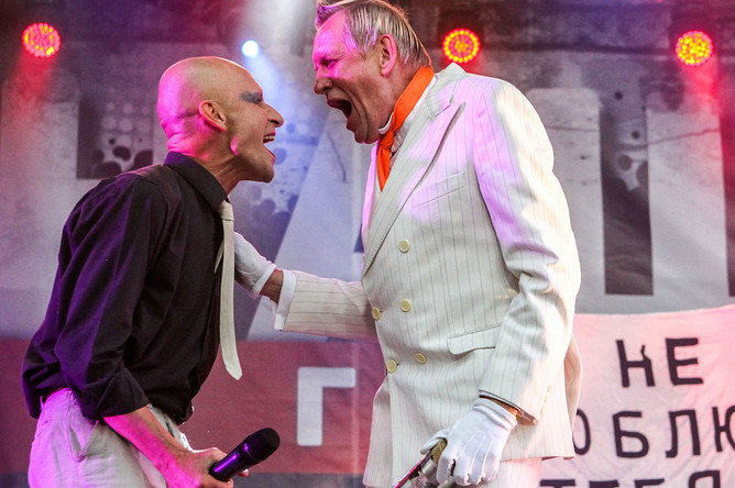 Участник рок-группы «Авиа» Антон Адасинский и и шоумен группы «АукцЫон» Олег Гаркуша выступают на фестивале «Наши в городе. Музыка свободы»