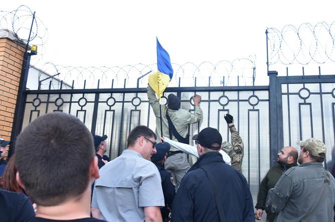 Радикалы пикетируют здание генерального консульства РФ в Одессе с целью сорвать празднование Дня России