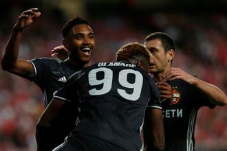 Футболисты ЦСКА празднуют ответный гол Витиньо (слева) с пенальти