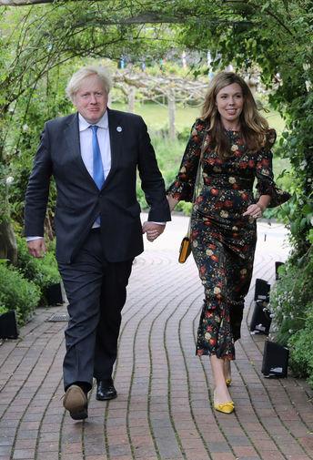 Премьер-министр Великобритании Борис Джонсон прибывают на прием в ботаническом саду «Эден» в Корнуолле