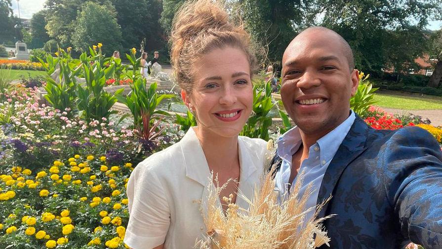 Пытавшийся месяц сделать предложение девушке британец отменил свадьбу за день из-за COVID