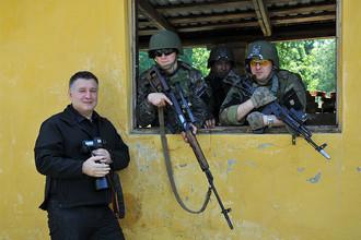 Министр внутрених дел Украины Арсен Аваков (слева) фотографируется с американскими военными во время совместных учений Fearless Guardian — 2015 на Яворовском полигоне