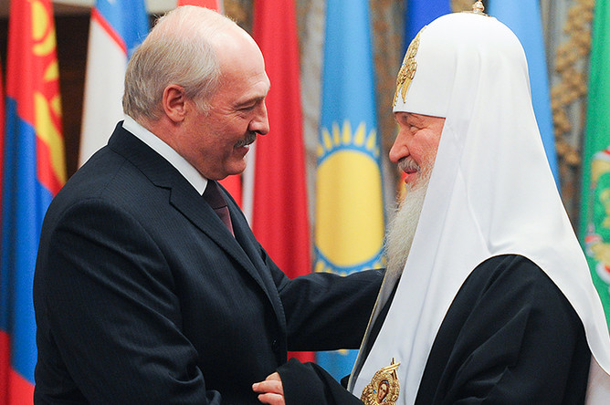 Президент Белоруссии Александр Лукашенко поздравляет патриарха Московского и всея Руси Кирилла с 70-летием