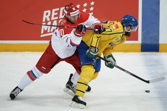 Нападающий сборной России Сергей Мозякин и форвард команды Швеции Линус Умарк