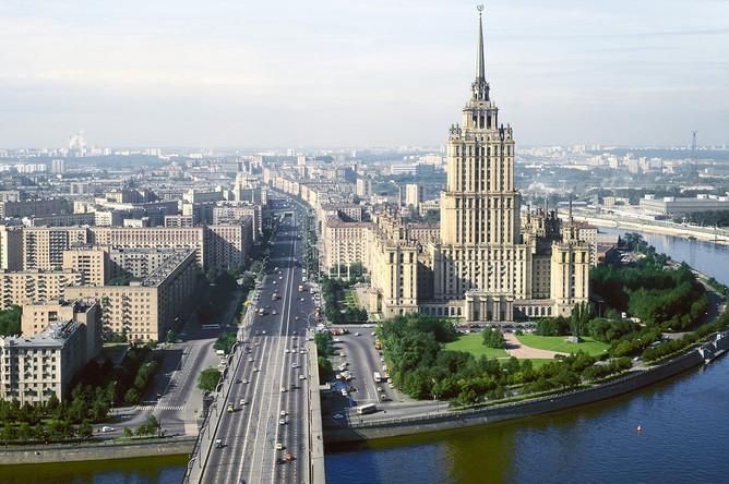 Панорама Кутузовского проспекта. Справа — гостиница «Украина», 1981 год