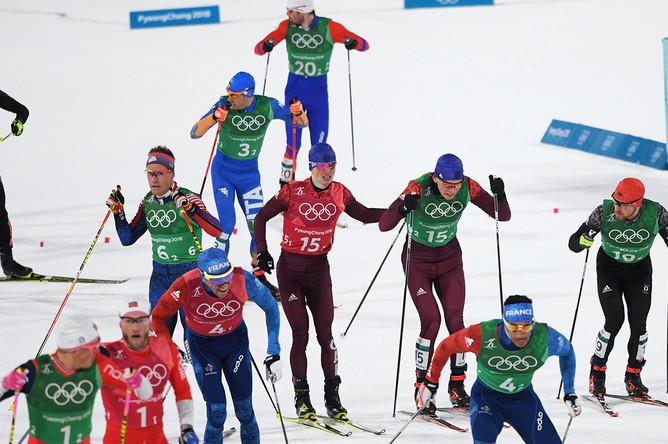 Российские спортсмены Денис Спицов и Александр Большунов (в центре слева направо) в финале командного спринта среди мужчин в соревнованиях по лыжным гонкам на XXIII зимних Олимпийских играх в Пхенчхане, 21 февраля 2018 года