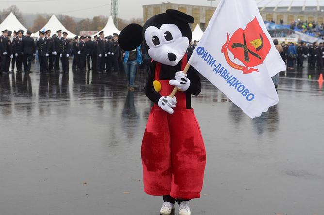 Неизвестный в костюме Микки Мауса на ежегодном спортивном празднике московской полиции, 2016 год