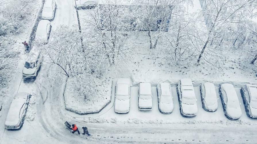 Столичным водителям рекомендовали на вечер стать пешеходами из-за снегопада