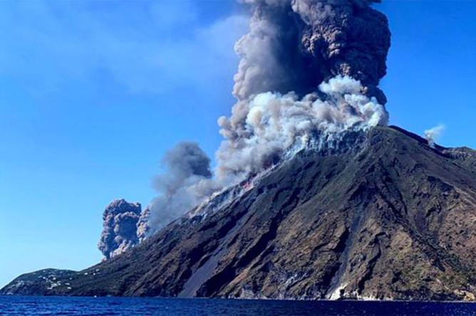 Вид на вулкан Стромболи, 3 июля 2019 года