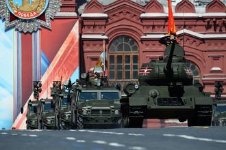 Танк Т-34-85 (справа) и бронеавтомобили «Тигр» во время военного парада на Красной площади в честь 71-й годовщины Победы в Великой Отечественной войне 1941-1945 годов