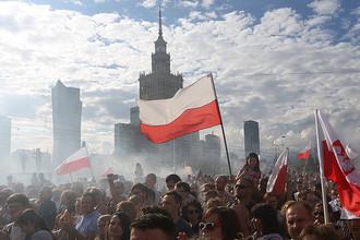 Люди на улицах Варшавы в честь 72-й годовщины Варшавского восстания 1944 года