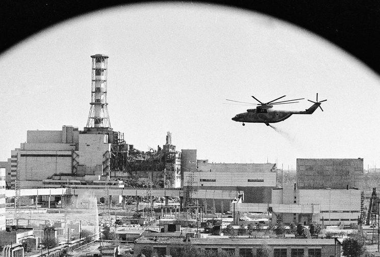 Вертолеты ведут дезактивацию зданий Чернобыльской атомной электростанции после аварии, май 1986 года