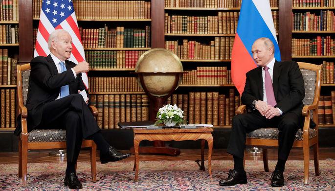 Президент России Владимир Путин и президент США Джо Байден во время встречи в рамках российско-американского саммита на вилле Ла-Гранж в Женеве, 16 июня 2021 года