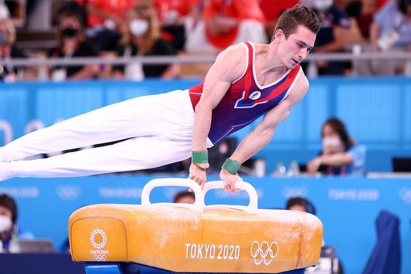 Российский гимнаст Давид Белявский выступает наконе