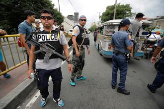 Филиппинская полиция проводит операцию в рамках продолжающейся кампании «Война с наркотиками» президента Филиппин Родриго Дутерте в Маниле, 7 октября 2016 г.
