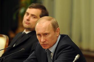 Вице-премьер Владислав Сурков и премьер-министр Владимир Путин на заседании в Доме правительства России, май 2012 года