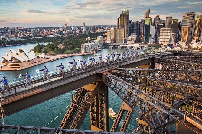 Уроки боевых искусств Тай Чи на мосту Харбор-Бридж в Сиднее, Австралия, май 2017