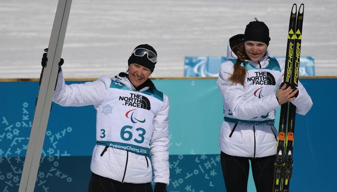 Церемония награждения призеров биатлонной гонки на дистанции 6 км в классе «стоя» на...