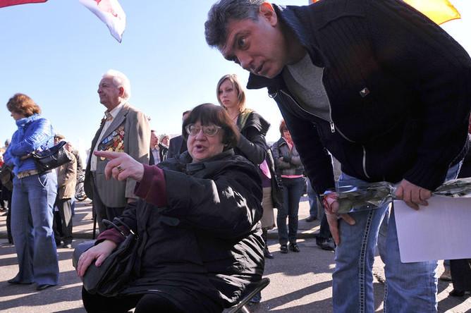 Лидер партии «Демократический Союз» Валерия Новодворская и один из лидеров демократического движения «Солидарность» Борис Немцов на митинге, 2010 год