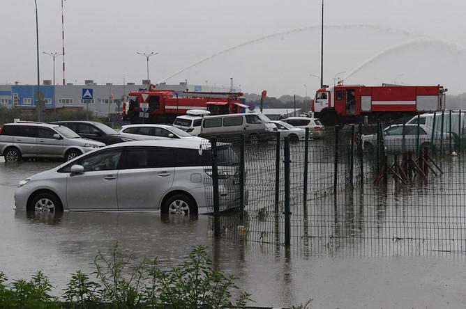 Откачка воды с парковки после ливневых дождей во Владивостоке, 28 августа 2019 года