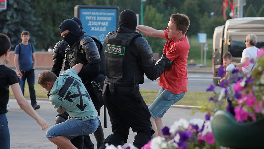 Сотрудники спецназа задерживают участников акций протеста в Минске во вторую ночь после выборов президента Белоруссии, 10 августа 2020 года