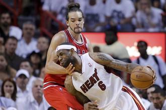23 очка Леброна Джеймса (в белом) помогли «Майами» выйти в 1/2 финала плей-офф НБА
