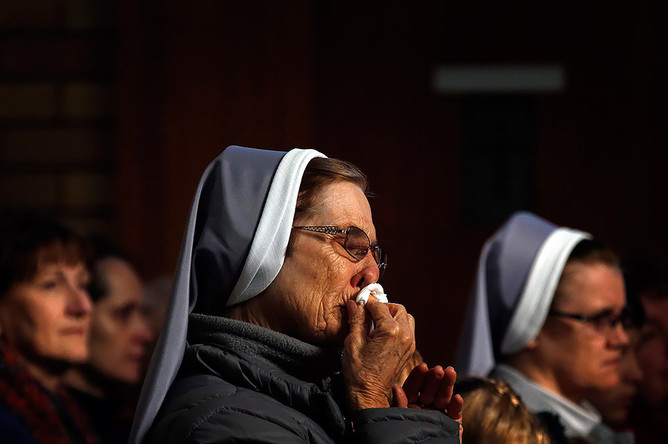 Монахиня, член австралийской украинской общины, плачет на молитвенном бдении. Сидней, Австралия