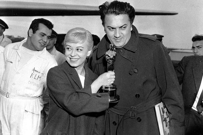 С Мазиной Феллини познакомился в 1943 году — во время работы над экранизацией своих рассказов о жизни влюбленных, первоначально написанных для радио. Она была исполнительницей одной из ролей в первых киноопытах Феллини, а в октябре 1943 года стала его женой