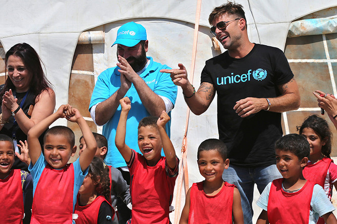 Рики Мартин во время встречи с сирийскими беженцами в Ливане