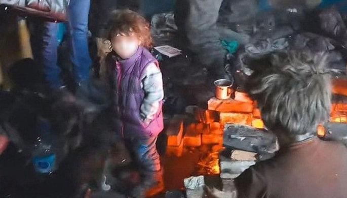 Грелись у костра: в Забайкалье случайно нашли многодетную бездомную семью