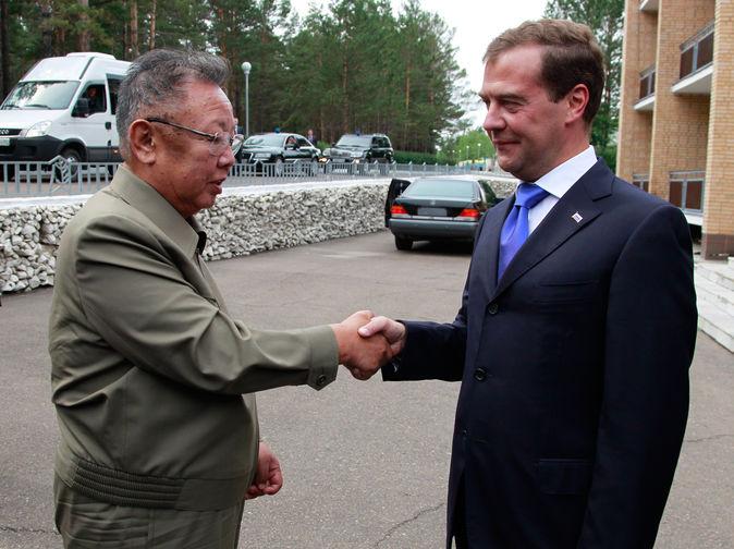 Ким Чен Ир и президент России Дмитрий Медведев во время встречи на территории военного гарнизона «Сосновый бор» в Бурятии, 2011 год