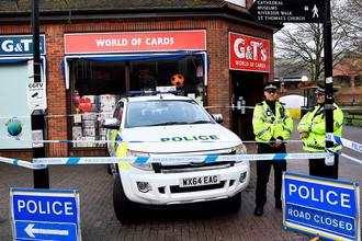 Полицейское оцепление около торгового центра в британском Солсбери после инцидента с бывшим российским разведчиком Сергеем Скрипалем, 6 марта 2018 года