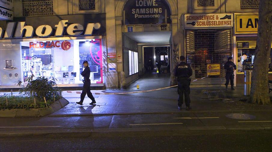 Кадры с места нападения неизвестного с ножом на прохожих в Вене