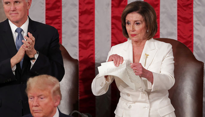 Спикер нижней палаты конгресса США Нэнси Пелоси разорвала копию речи президента Дональда Трампа