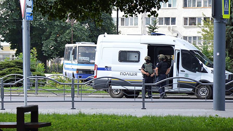 Сотрудники оперативных служб на месте захвата заложников в пассажирском автобусе в центре Луцка, 21 июля 2020 года