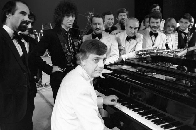 Народный артист СССР композитор Раймонд Паулс репетирует с популярным джазовым коллективом «Диапазон», 1984 год