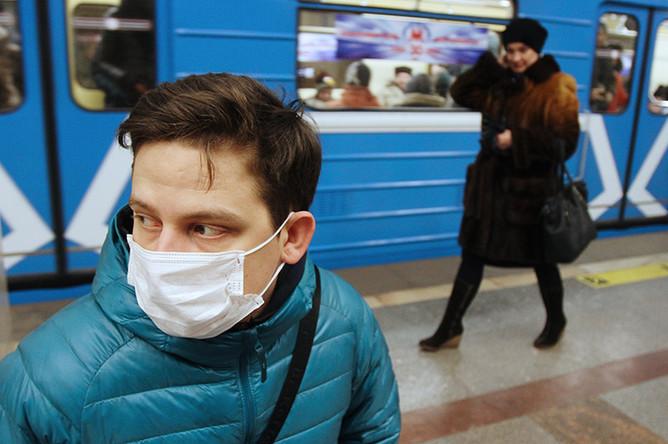 Житель Новосибирска в защитной маске в метро