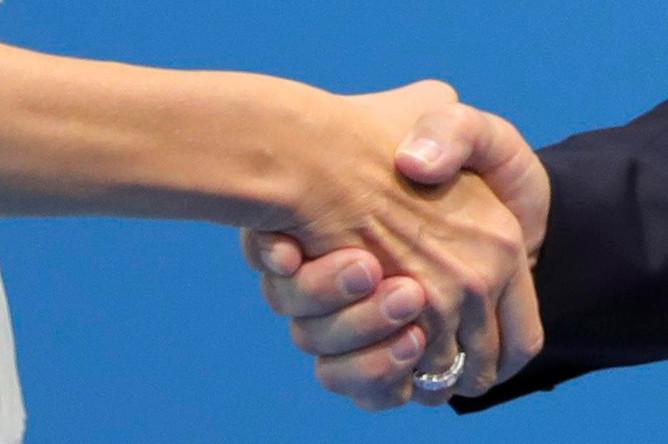 Рукопожатие первой леди США Меланьи Трамп и президента России Владимира Путина, 7 июля 2017 года