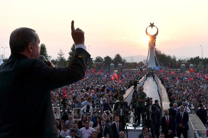 Выступление президента Турции Реджепа Тайипа Эрдогана на мероприятии в честь годовщины попытки военного переворота в стране. Анкара, 16 июля 2017 года