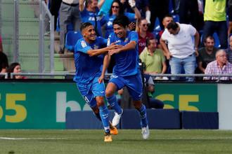 Футболист «Хетафе» Гаку Сибасаки празднует гол в ворота «Барселоны»